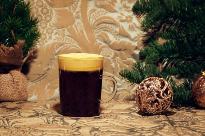 Charles D är en varm whiskeydrink med saffransgrädde.