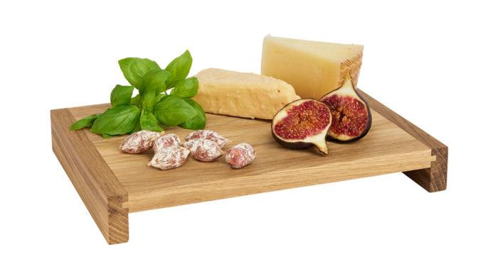 Serveringsbrickan i ek är perfekt till att servera ost och charkuterier på. 774415ba54c71