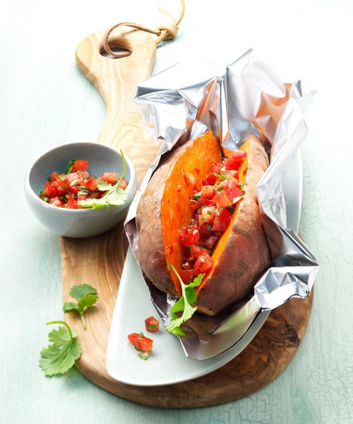 Bakad sötpotatis med tomatsalsa.