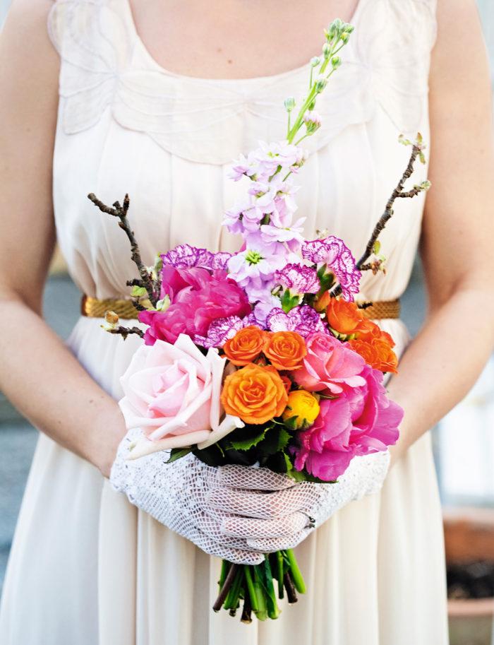 Vacker brudbukett med blandade blommor. Foto: Lisa Björner