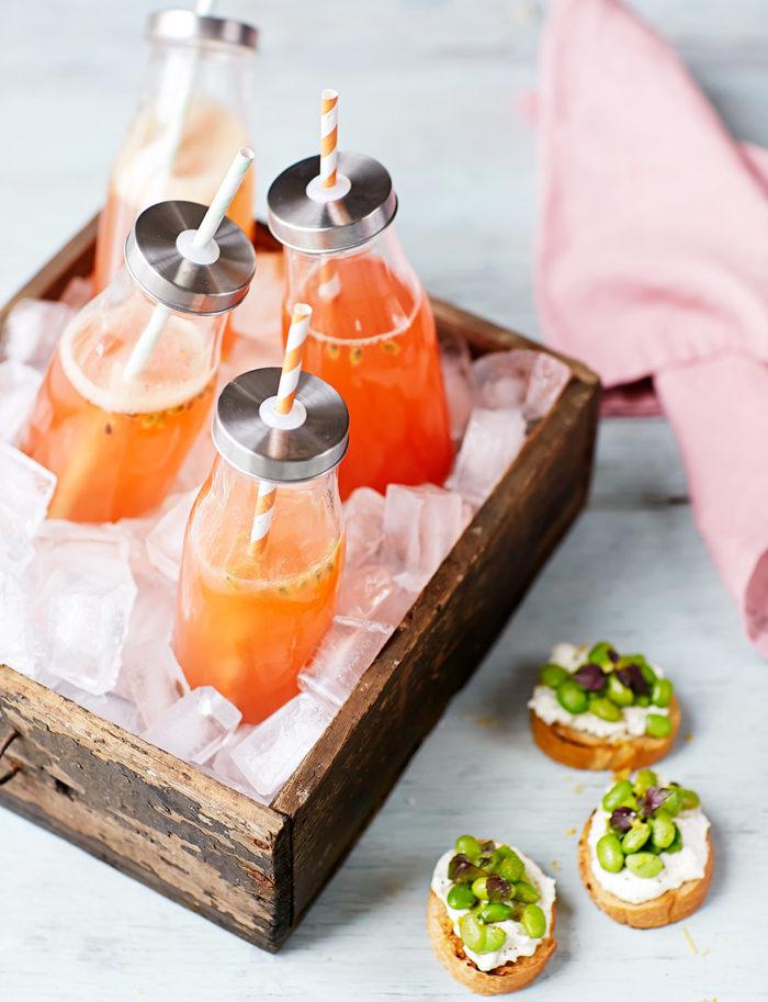 Passionsfrukt-daiquiri och minibruschetta.