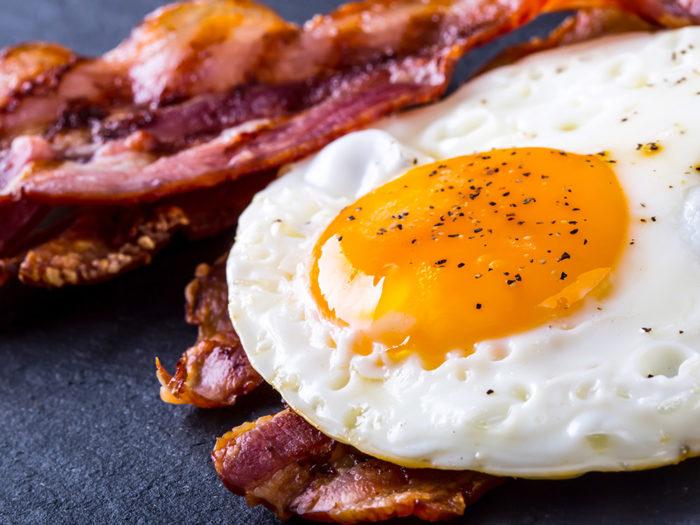 Ägg och bacon kan hjälpa till att bota bakfyllan. Foto: Shutterstock