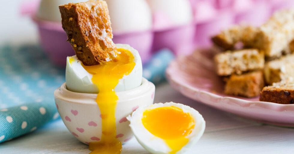 löskokt ägg på stekt bröd
