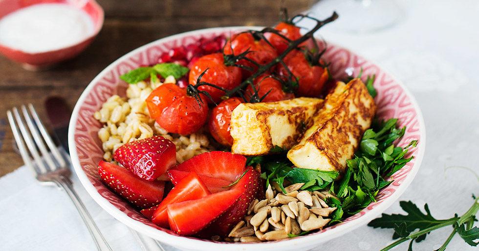 sallad med jordgubbar och halloumi