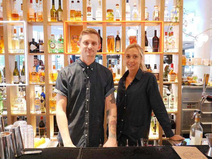 Fredrik Löwenhamn och Hedda Bruce ansvarar för baren.
