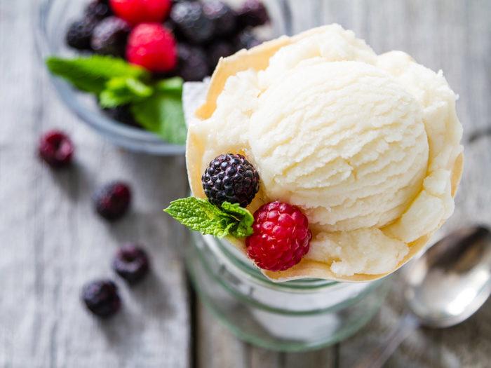 Gör egen glass på vispad grädde och karamelliserad mjölk. Foto Shutterstock