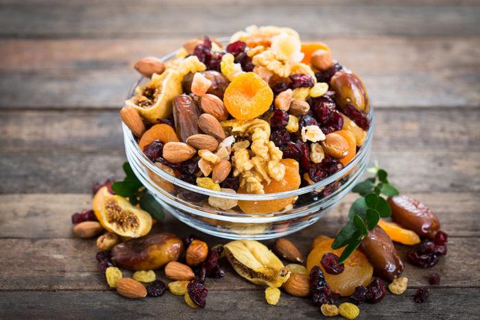 Torkad frukt och nötter är både gott och nyttigt! Foto: Shutterstock