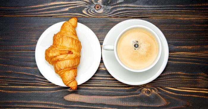En croissant och en espresso.
