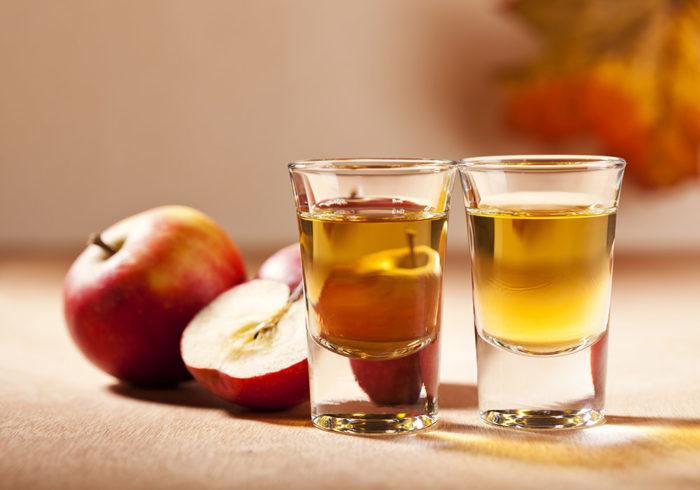 Testa att göra en flädersnaps med äpple. Foto: Shutterstock