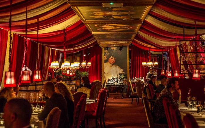 På Le Rouge i Gamla Stan möts man av klassisk Moulin Rouge-miljö.