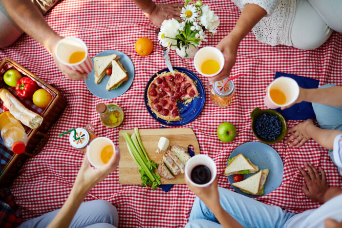 Tänk praktiskt och gott när du ska ut på picknick. Krångla inte till det.
