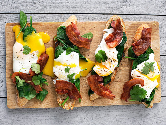 Pocherat ägg med spenat och bacon.