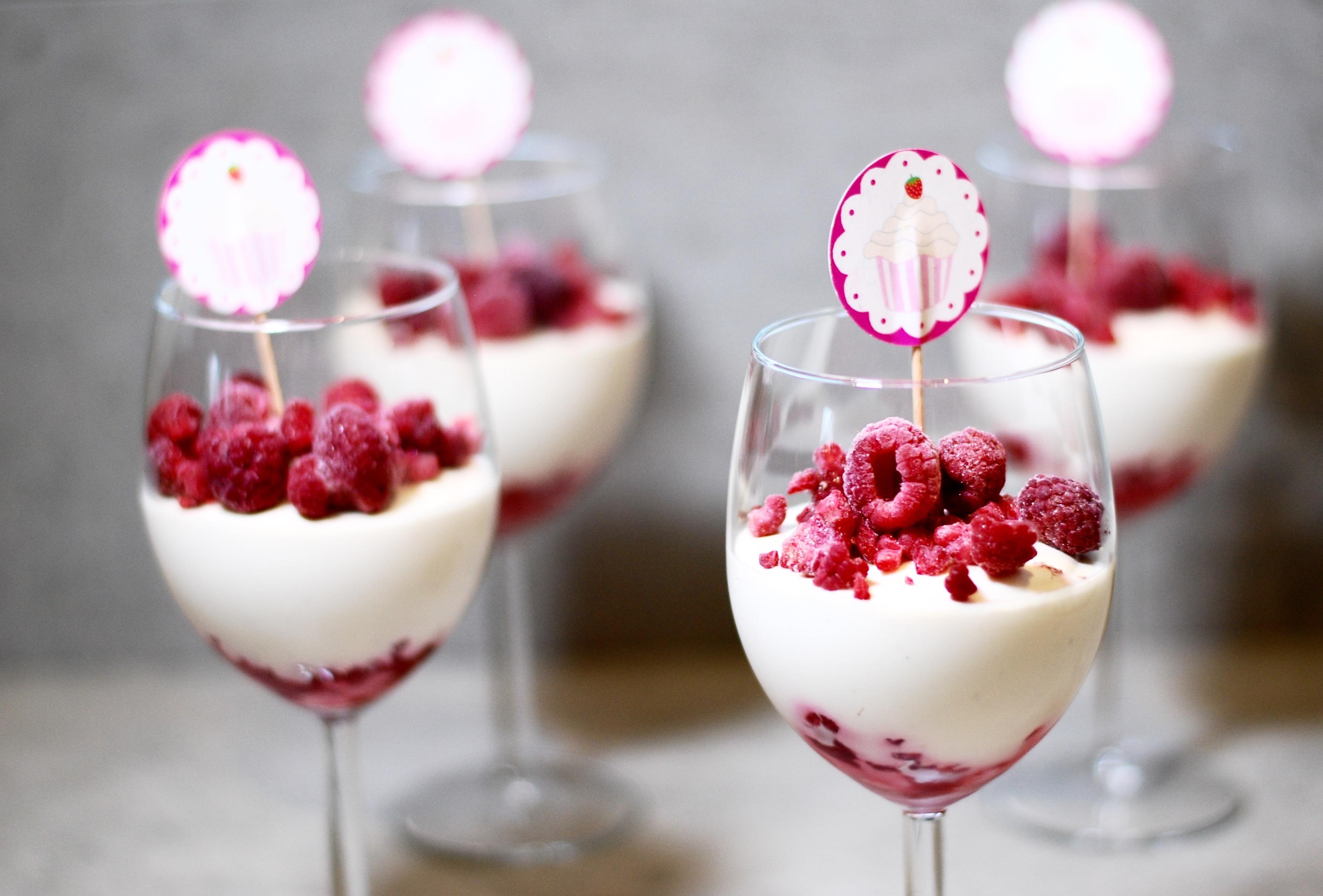 vit choklad dessert i glas