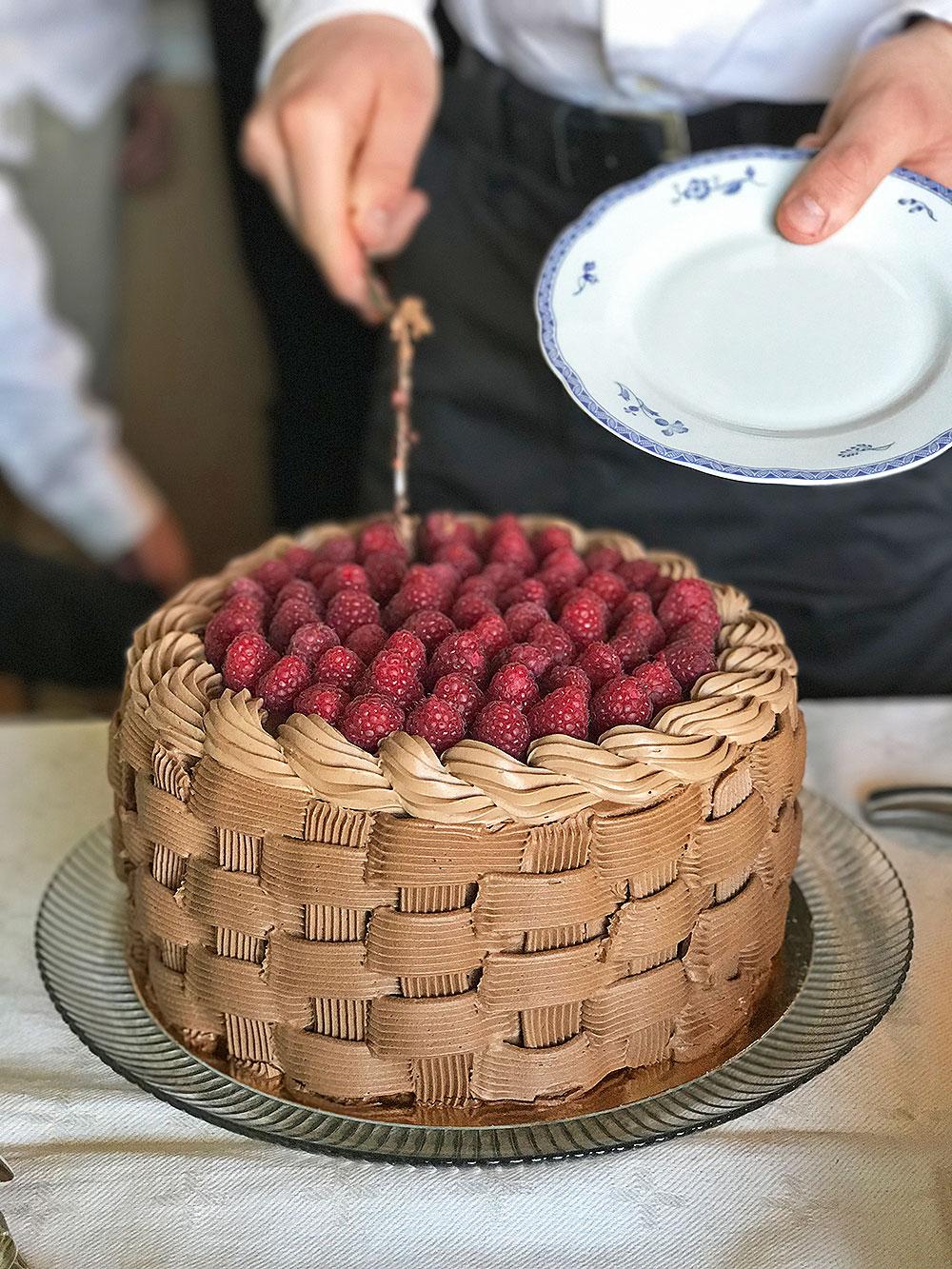 spritsa choklad på tårta