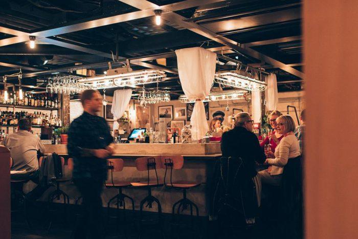 Mitt i lokalen ligger Suppers bar, som är stor nog för både mat eller några drinkar.